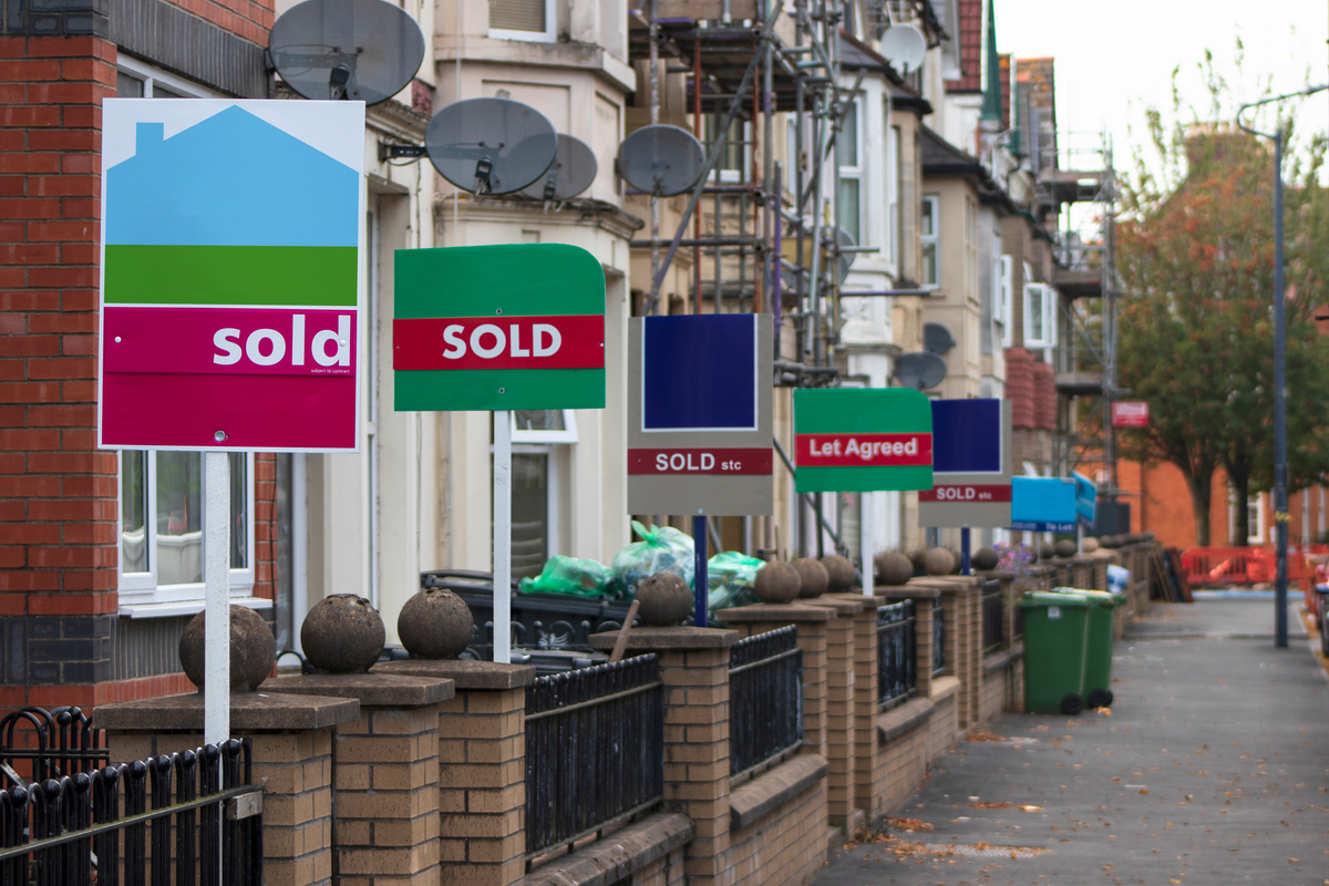 Government urges scale-back of housing market during outbreak