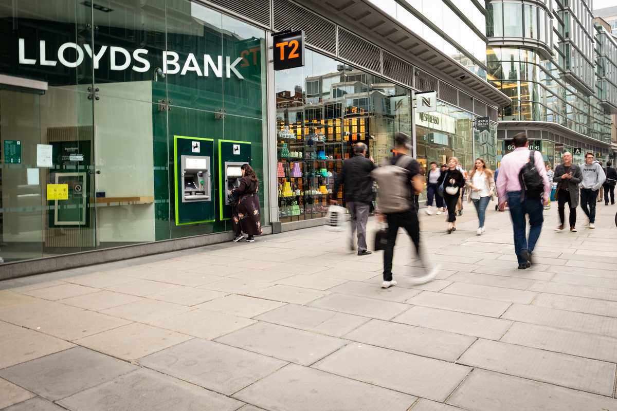 UK banks report mixed operating income results in Q1 of 2021